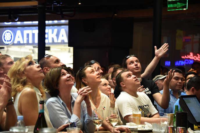 Des supporteurs russes dans un bar de Moscou.
