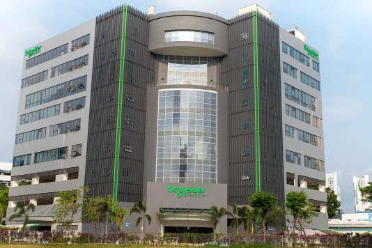 « The Pulse», le nouveau siège de Schneider Electric, à Singapour, a été inauguré au printemps. Le bâtiment est issu du« recyclage» d'un bloc de neuf étages construit à la fin des années 1990, entièrement désossé puis reconverti.