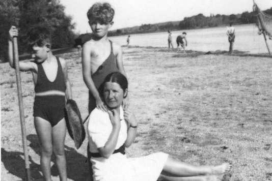 Edith Thomas avec ses neveux, bord de la Loire, 1942.