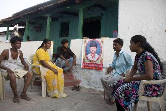 Le 25 mai, la famille de Bala Krishna se recueille autour de son portrait. Il a été lynché dans le village de Jiyapalli, à la suite de fausses rumeurs sur les réseaux sociaux.