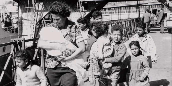 Une femme et ses enfants désireux de gagner la métropole depuis l'Algérie débarquent à Marseille le 26 mai 1962, après la signature des accords d'Evian.