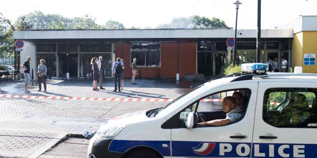 A police car drives past a burned medical center on July 4, 2018 in the Breil neighborhood of Nantes, following clashes between groups of young people and police in the night of July 3 after a man was shot dead by an officer during a police check. Cars were burned and a shopping centre partly set alight in Nantes as police confronted youths, some of them armed with molotov cocktails. / AFP / SEBASTIEN SALOM GOMIS