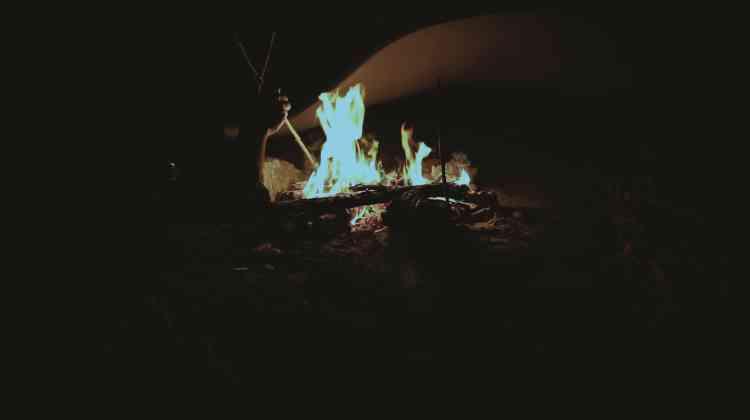 """«Cette vidéo invite à un moment de partage et d'insouciance autour d'un feu de camp nocturne. La lueur fragile des flammes laisse deviner une plage et un groupe de surfeurs. La chanson """"Blue Moon"""" interprétée par les artistes amène une douceur indéfinissable, et pourtant tout cela n'est que décor de cinéma.»"""