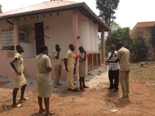 Latrines au sein du collège de Zounguè, à Dangbo (Bénin), construites par l'ONG Plan Futur et la Fondation Ben-In-Connection en février 2016. Le bâtiment comprend trois toilettes et deux urinoirs, écologiques.