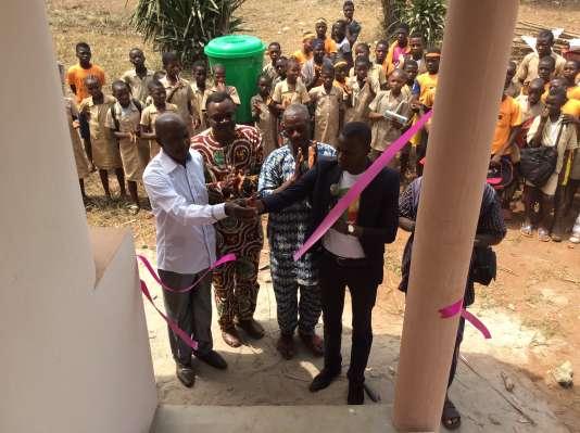 Inauguration, en février 2016, des premières latrines dans le collège de Zounguè, à Dangbo (Bénin), qui compte plus de mille élèves.