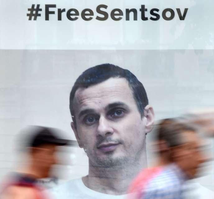 «En grève de la faim, Oleg Sentsov ne demande pas sa libération, mais celle des soixante-dix prisonniers politiques ukrainiens. » (Affiche en faveur de la libération deSentsov dans Kiev, le 5 juillet).