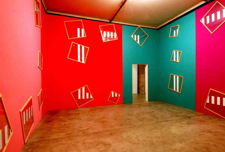 «Cette œuvre se développe sur quatre murs peints en proportion identique avec cinq couleurs différentes. Sur chaque mur se dessine partiellement un carré réalisé à partir de bandes adhésives blanches collées sur des cadres. Le positionnement des bandes sur les cadres amène une rotation pour chacun d'entre eux et crée ainsi des rythmes particuliers.»