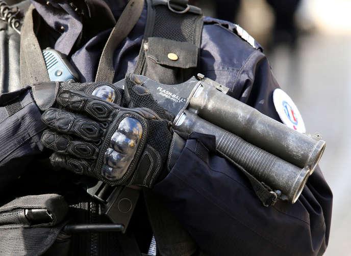 Un policier tenant un lanceur de balle de défense, communément appelé Flash-Ball, le15février2016, à Reims.