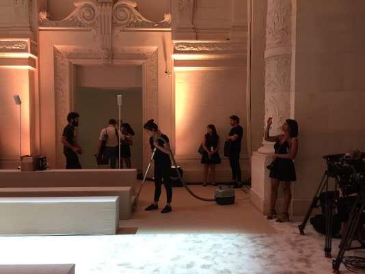 Grand ménage dans les coulisses du défilé Alexandre Vauthier, avant l'arrivée des invités, le 3juillet, au Musée des arts décoratifs, à Paris.