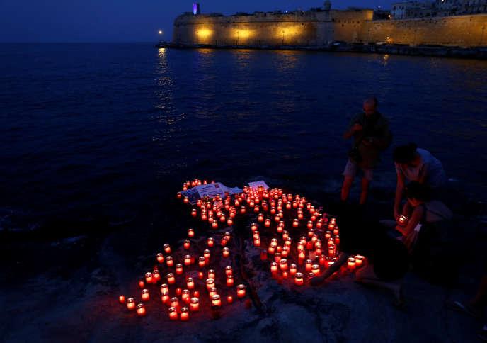 Des bougies sont placées sur l'eau en hommage aux migrants morts en Méditerranée.