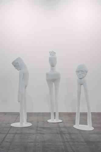 «Entre réel et surnaturel, Gloria Friedmann produit des scènes fantastiques qui pourraient être issues de fables, de contes ou d'hallucinations. Ces trois sculptures blanches représentent des céphalopodes humains : leur tête proéminente étant directement liée à leurs jambes, ces êtres sont réduits à leurs facultés de penser et de se déplacer.»