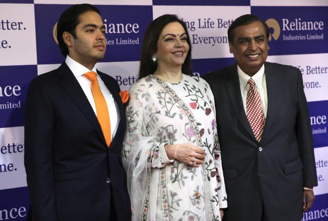 Mukesh Ambani (à droite), Le PDG de Reliance Industries, sa femme et son fils Anant lors de l'assemblée général du groupe, à Bombay, jeudi 5 juillet.
