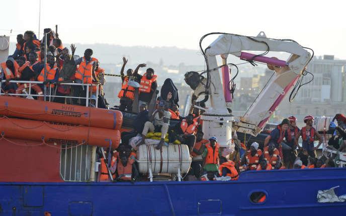 «Thu Hien Dao a estimé à 6 000 dollars le revenu annuel par habitant à partir duquel une augmentation du PIB d'un pays entraînait une diminution de son taux d'émigration» (Migrants arrivant au port de La Valette, à Malte, le 27 juin).