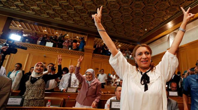 Souad Abderrahim célèbre son élection à la mairie de Tunis, le 3 juillet 2018.