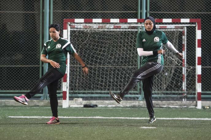 Les arbitres égyptiennes Hanan Hassan et Mona Atalla s'échauffent avant un match de football féminin au Caire, le 3 juin 2018.