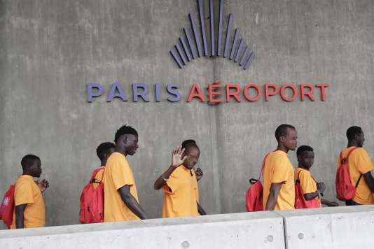 Des migrants secourus en Méditerranée par l'ONG Lifeline,à l'aéroport Roissy-Charles de Gaulle, le 5 juin.