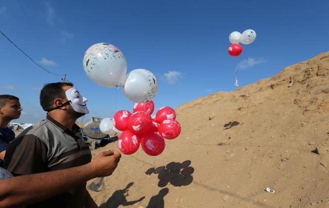 Des Palestiniens lancent vers le côté israélien de la frontière des ballons rouges lestés par un matériau inflammable,à Gaza, le 4 juin.