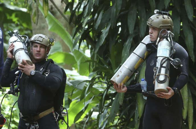 Des sauveteurs venus du monde entier se relaient pour sauver les adolescents bloqués dans la grotte inondée en Thaïlande.