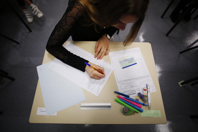 An high school student waits for the start of a 4 hours philosophy dissertation, that kicks off the French general baccalaureat exam for getting into university, on June 18, 2018 at the lycee Fresnel in Caen, Normandy. / AFP PHOTO / CHARLY TRIBALLEAU