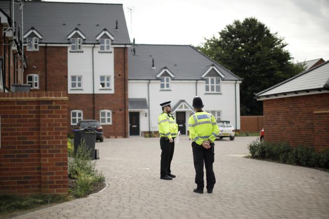 Présence policière renforcéedans des endroits où auraient pu se rendre les deux quadragénaires empoisonnés, à Amesbury (Angleterre), le 4 juillet.