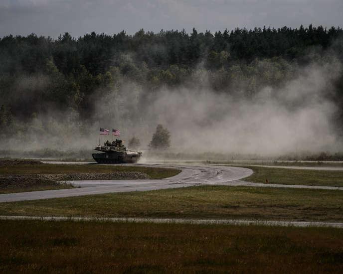 Un char M1A2 Abrams de la première division d'Infanterie de l'armée américaine se rendant à l'épreuve de tirdu «Strong Europe Tank Challenge», à Grafenwöhr,en Allemagne.