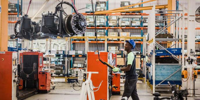 Un employé dans l'usine Volvo de Durban, en Afrique du Sud, le 19 mai 2018.