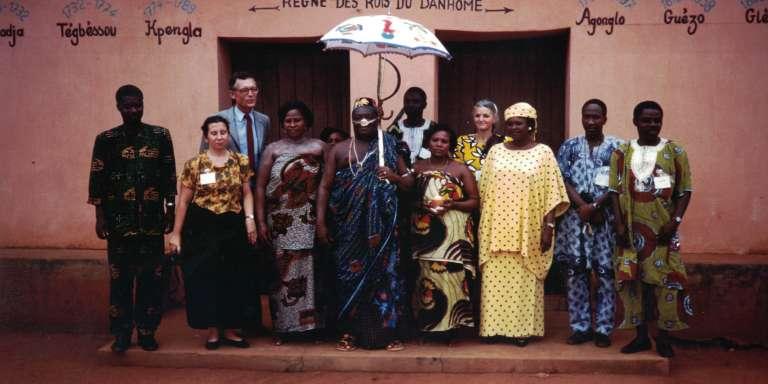 Le roiDédjalagni Agoli-Agbo devant l'un des palais d'Abomey, en 1995.