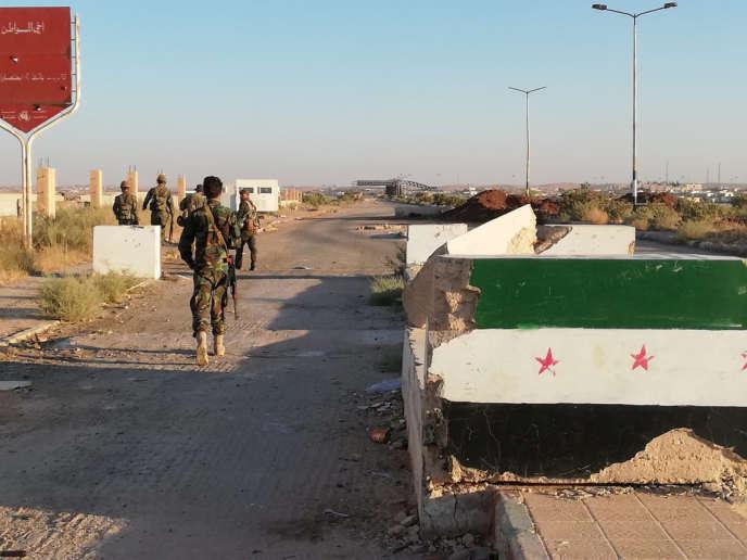 Des soldats syriens au poste frontière de Nassib, le 6 juillet.