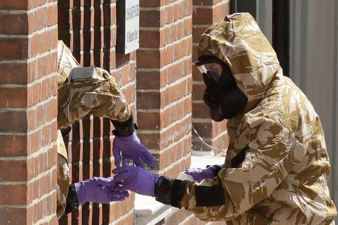 Les équipes de décontamination à la recherche de traces de l'agent innervant Novitchok, à Salisbury, le 6 juillet.