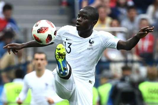 N'Golo Kanté a aimanté les ballons au milieu du terrain lors du quart de finale Uruguay-France, vendredi 6 juillet à Nijni Novgorod.