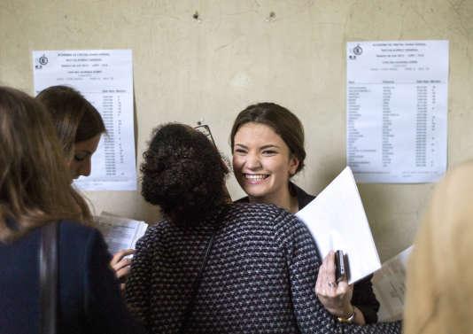 Les résultats du bac au lycée Arago, à Paris, en 2013. AFP PHOTO/FRED DUFOUR / AFP PHOTO / FRED DUFOUR