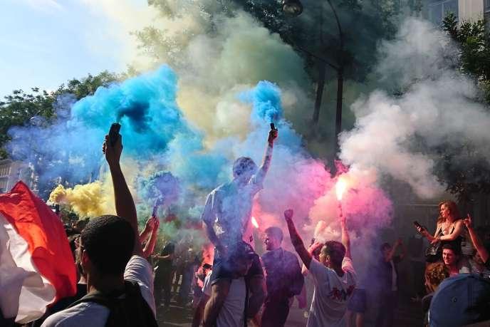 Des suppoteurs de l'équipe de France célèbrent la victoire des Bleus face à l'Uruguay, vendredi 6 juillet.