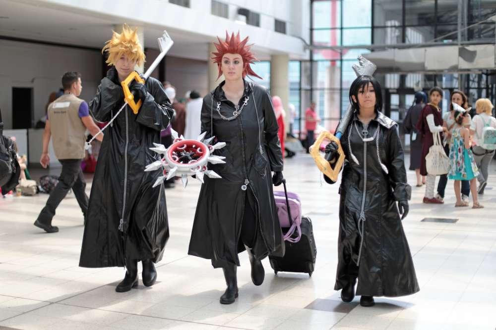 Trois cosplayeuses débarquent à la Japan Expo tout de noir vêtues. Sylphe's Cosplay, Solidkazama Cosplay et Nekuya Cos. – leurs noms de cosplayeuses – sont déguisées en personnages du jeu «Kingdom Hearts» : Xion, Axel, et Roxas.