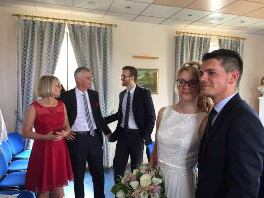 Marine et Alexandre posent pour leurs invités après leur mariage, à la mairie d'Octeville-sur-Mer, le 9 juin 2018.