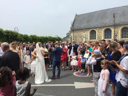 Dorothée et Xavier, après leur mariage, devant la mairie d'Octeville-sur-Mer, le9juin2018.