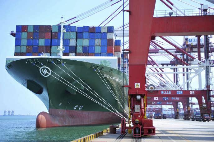 Un porte-conteneurs dans le port de Qingdao, dans la province du Shandong, dans l'est de la Chine, le 6 juillet 2018.