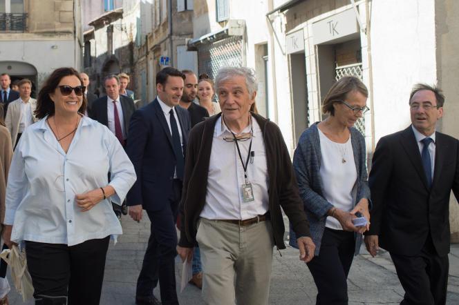 De gauche à droite : Maja Hoffmann, fondatrice de la Fondation Luma, Jean-Paul Capitani, Françoise Nyssen, ministre de la culture, et Hervé Schiavetti, maire d'Arles, lors de l'ouverture des Rencontres d'Arles en juillet 2017.