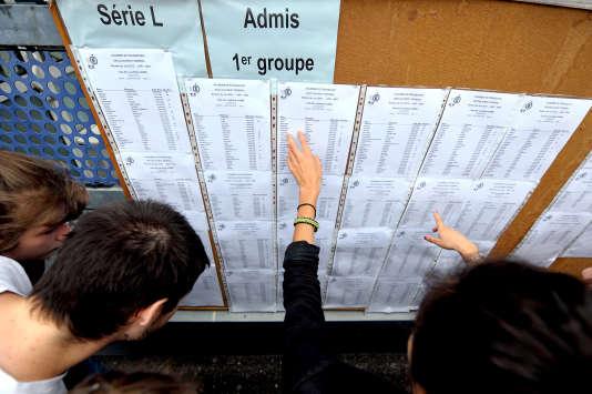 Des élèves découvrent les résultats du baccalauréat, le 06 juillet 2012 au lycée Pasteur de Strasbourg. AFP PHOTO/FREDERICK FLORIN / AFP PHOTO / FREDERICK FLORIN