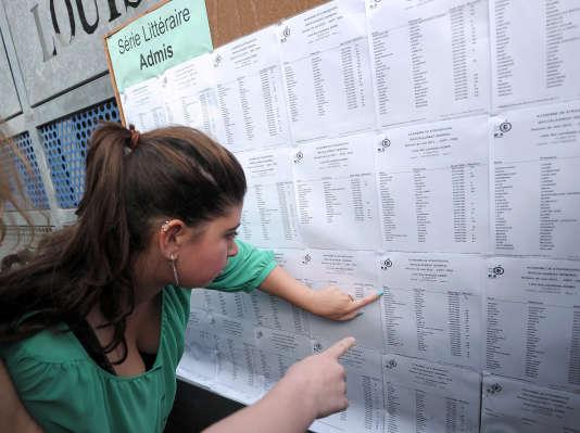 Une lycéenne consulte les résultats du baccalauréat