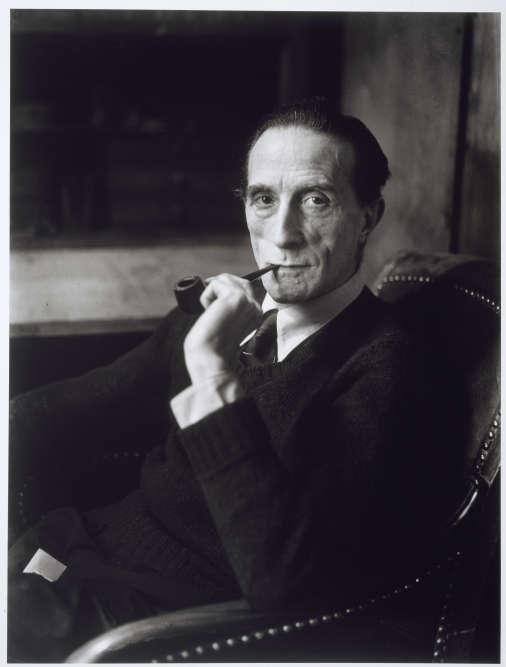 """«Se qualifiant lui-même d'""""anartiste"""" à la fin de sa vie, contraction d'""""artiste"""" et d'""""anarchiste"""", Marcel Duchamp lance avec son travail un véritable défi aux codes traditionnels si profondément ancrés dans la culture artistique. Sous le sceau de l'humour, du jeu et de l'érotisme, de la famille aussi, il pose les jalons d'une nouvelle façon d'envisager l'art.»"""