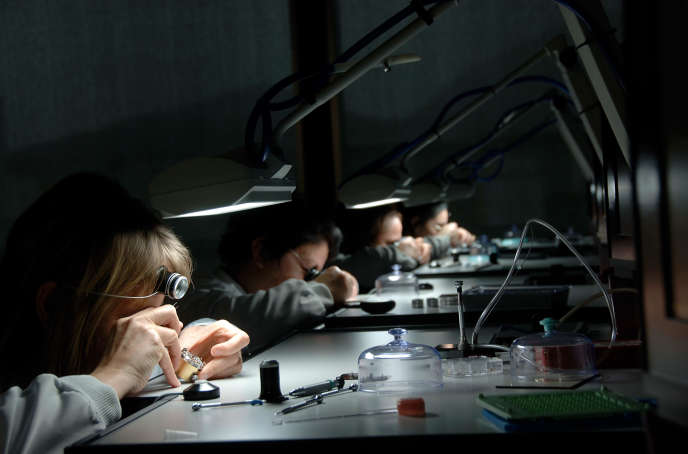 Un atelier d'assemblage du mouvement, à Bienne.