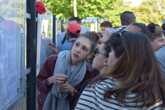 Une élève cherche son nom sur la liste des admis au baccalauréat, vendredi 6 juillet, au lycée Fulbert, de Chartres.