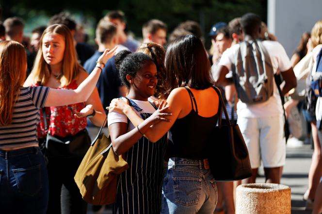 Students react after checking the results of the French general baccalaureat exam (high school graduation) at the lycee Malherbe in Caen, northwestern France, on July 6, 2018. / AFP / CHARLY TRIBALLEAU