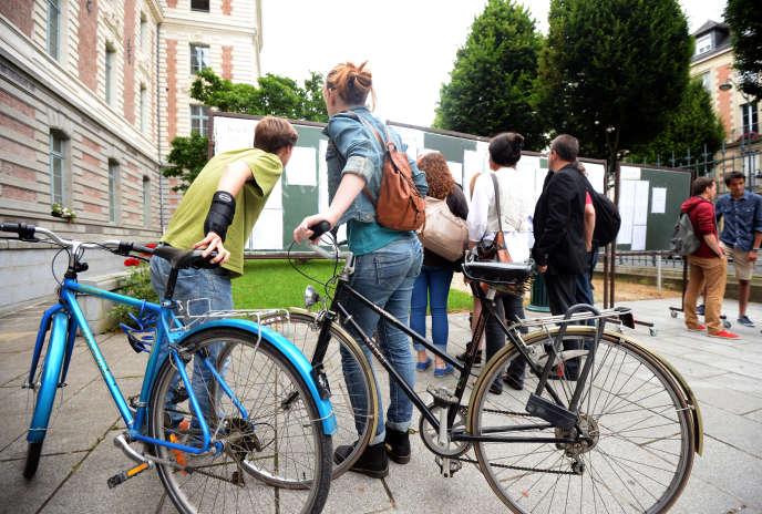 Des élèves découvrent les résultats du baccalauréat dans un lycée, à Rennes.