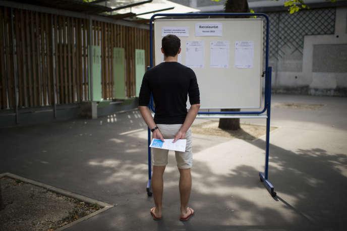 Un lycéen consulte les résultats du baccalaurat.