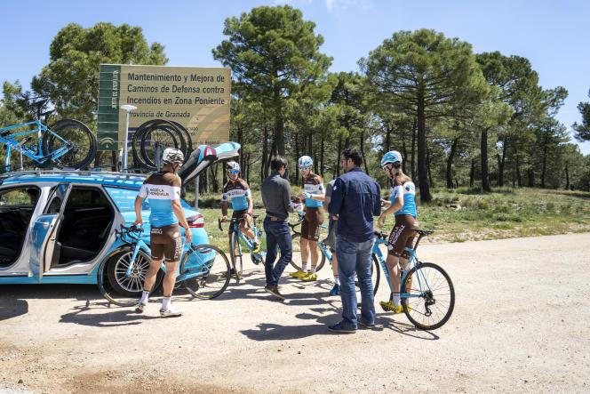 L'équipe AG2R La Mondiale à l'entraînement sur les routes du massif de la Sierra Nevada, en Andalousie, le 11 mai 2018.