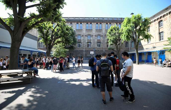 Students queue ahead of receiving their baccalauréat examination results at a lycee in Paris on July 6, 2018.  End of the suspense for the 750,000 baccalaureate candidates: the results have begun to arrive, bringing as every year their share of emotions, between relief, joy and disappointment. / AFP / Eric FEFERBERG