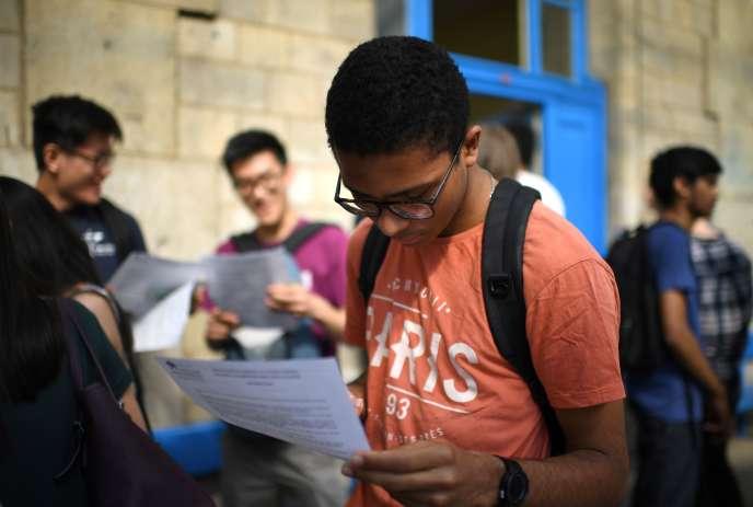 Les élèves de terminale réagissent aux résultats du baccalauréat vendredi 6juillet.