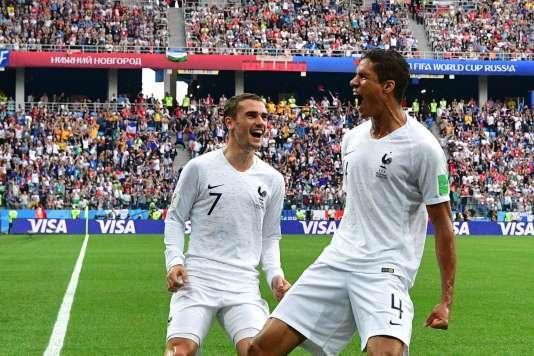 Le joueur français Raphaël Varane célèbre son but avec Antoine Griezmann, lors du match contre l'Uruguay, le 6 juillet 2018.