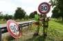 « Brûler moins de carburant réduit les importations de pétrole brut, permettant une légère amélioration du solde commercial de la France» (Sur une route limitée à 80 km/h depuis le 1er juillet, près de Wittenheim, Haut-Rhin, le 29 juin).